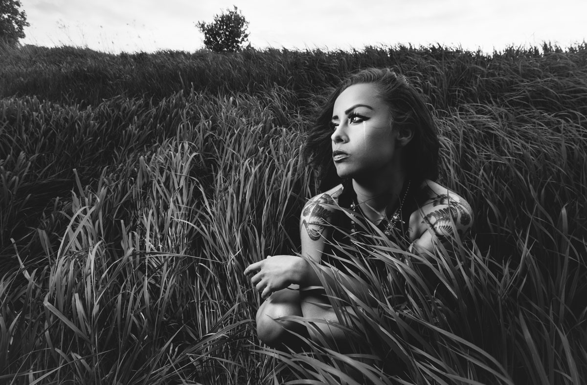 skye-editorial-model-black-white-tall-grass-field-native-american-5507-b